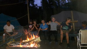 Op kamp bij het vuur