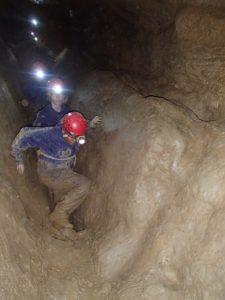 Lekker door de modder in een grot